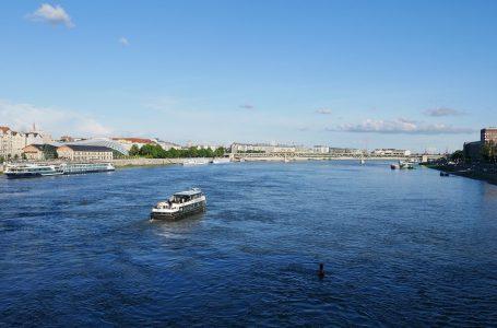 Tramwaj wodny w Budapeszcie. Zwiedzanie z perspektywy Dunaju.